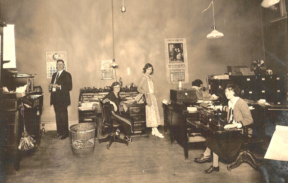 http://www.officemuseum.com/1923_Office_with_Five_People.jpg