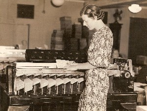 1934 Sorting Machine used on Unemployment Census published Boston Traveler OM.jpg (200456 bytes)