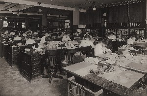 Office with 20 women addressing machines files for small cards OM.jpg (97685 bytes)