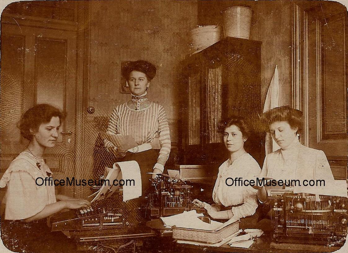 1909_Office_with_Four_Women_Three_Typewriters_Berlin_Germany_OM.jpg (368453  bytes)