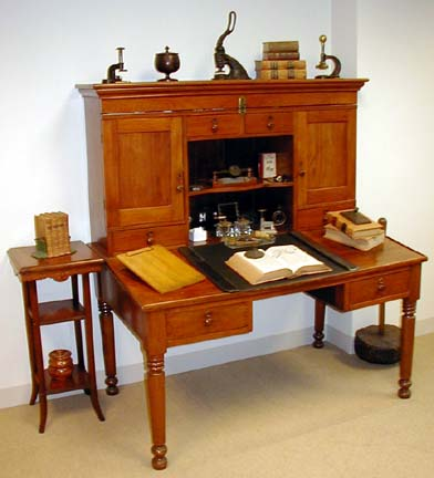 Office Museum Curatoru0027s Desk 1860 1880 OM (25007 Bytes)